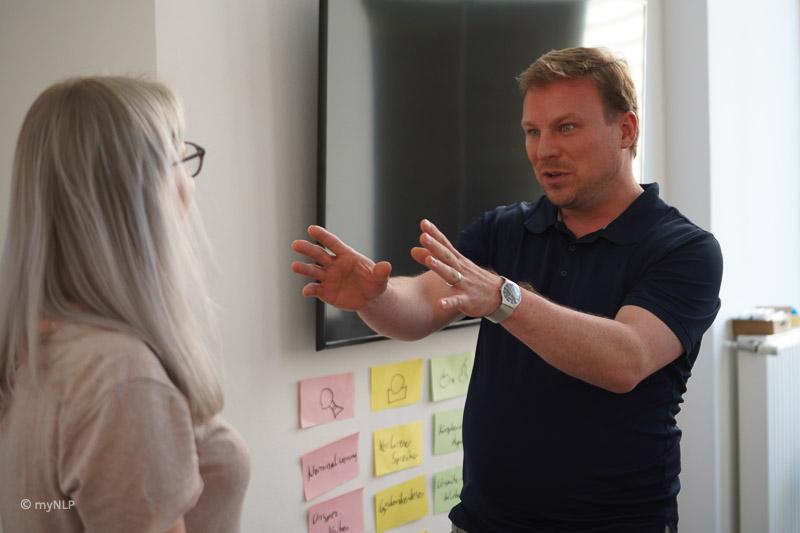 NLP Lehrtrainer Philipp Effenberger während in Action.