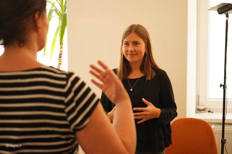 Seminarteilnehmerin kommuniziert und verbal und mit Gesten.